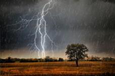 电闪雷鸣的下雨天图片