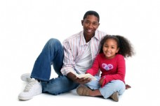 坐在地上的黑人父亲和小女孩图片