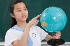 拿地球仪的女孩子图片