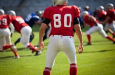 抢橄榄球的运动员图片