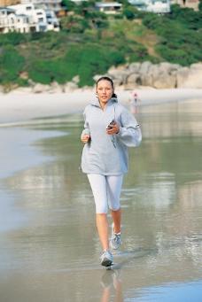 跑步健身的时尚美女图片