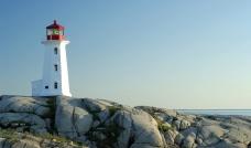 海边岩石上的灯塔