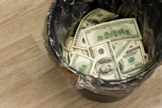 垃圾桶里的美元图片