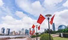 滨江大道岸边的国庆国旗