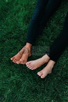 大草地上的两个人