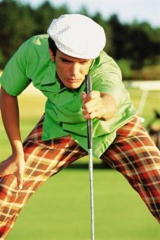 打高尔夫球的英伦男性图片