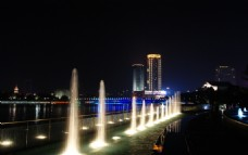 夜幕下的喷泉