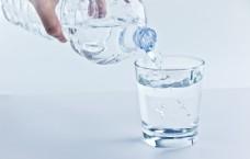 往杯子里倒水的高清