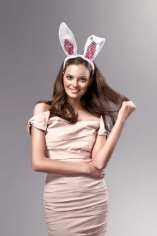 戴兔子发卡的时尚美女图片