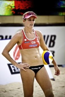 夹着排球的美女运动员图片