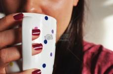女人咖啡杯保温杯喝茶早上热饮料